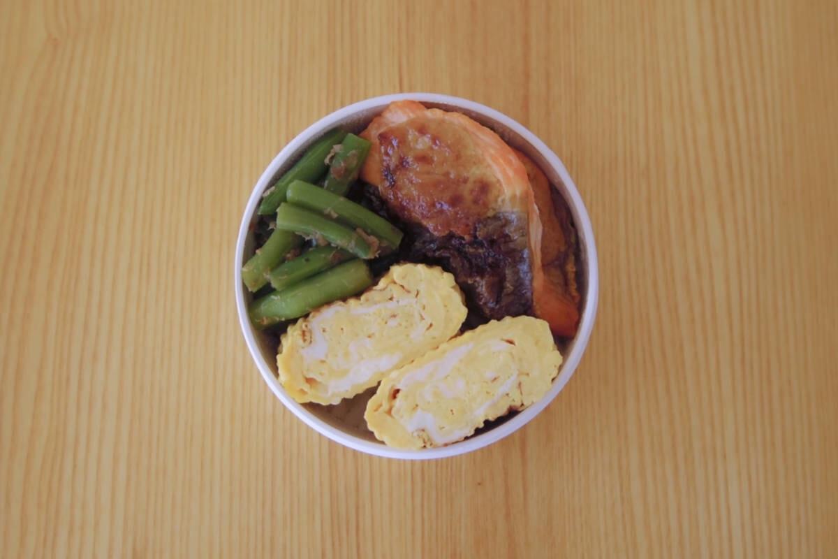 焼き鮭がメインのオーソドックスなまる弁。のっけ弁当なら詰めるのも簡単
