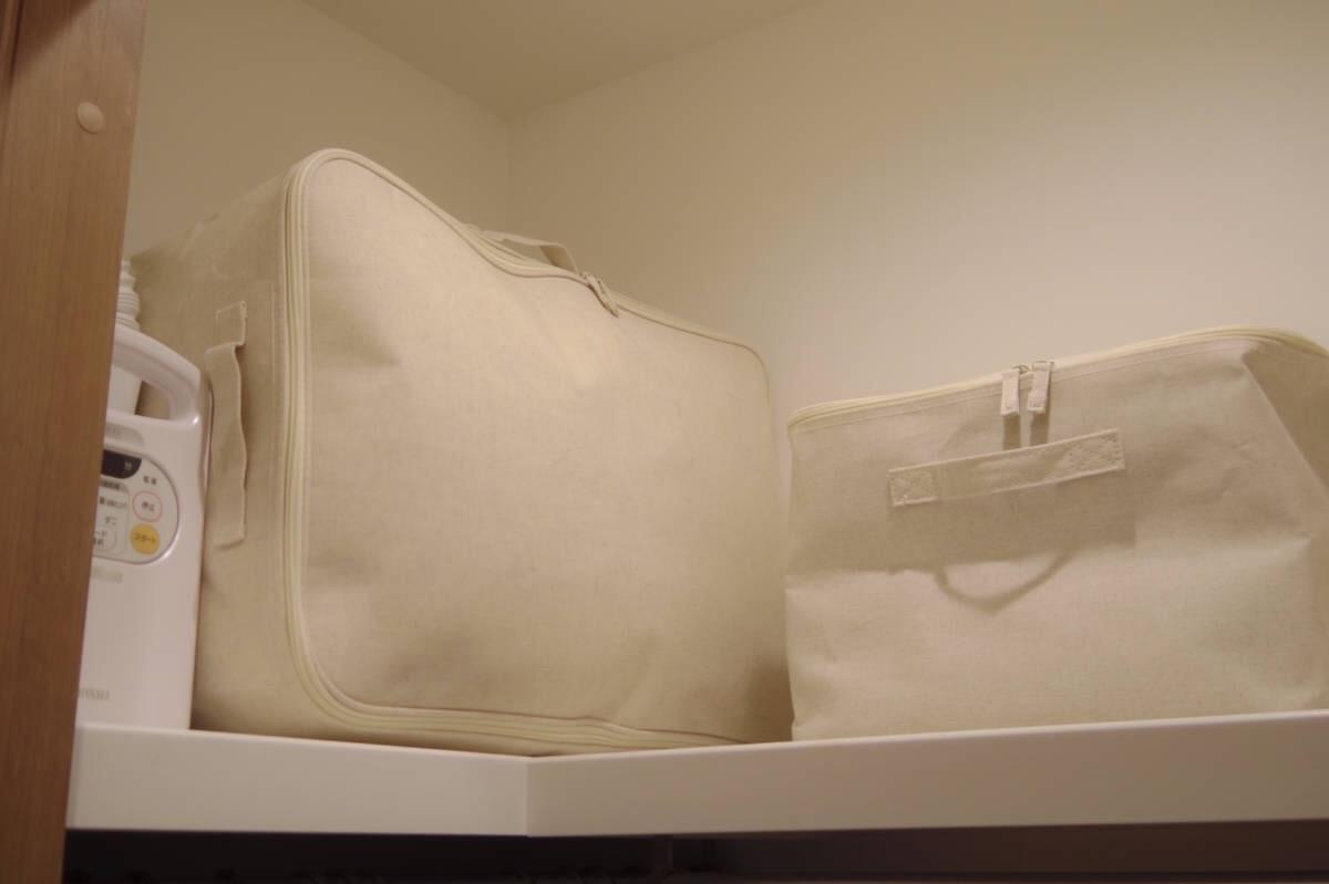 クローゼットの上棚に置かれた布団乾燥機