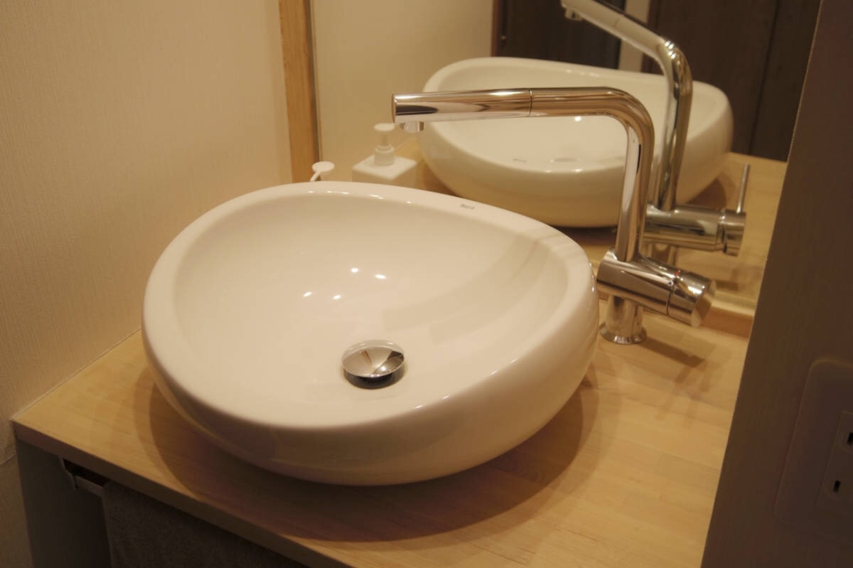 陶器の洗面ボウルが造作された洗面化粧台