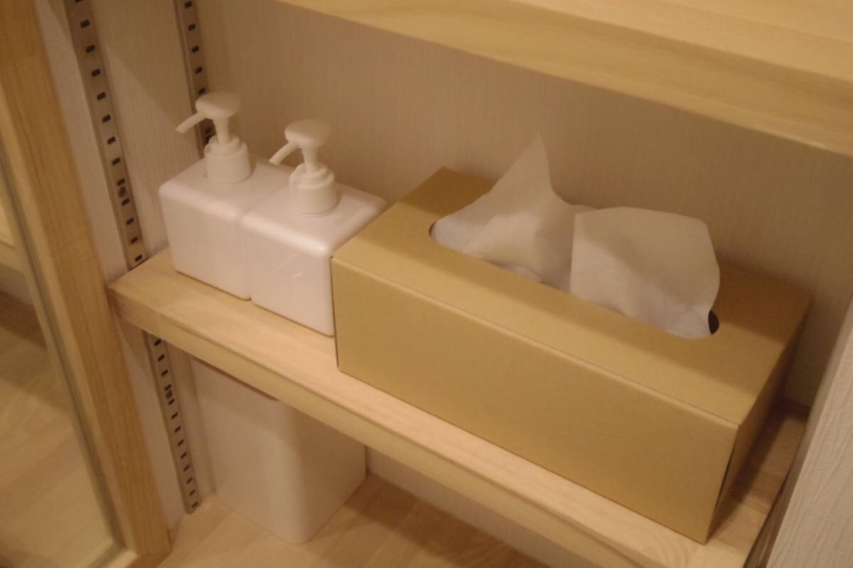 無印良品のポンプ詰替容器と、クラフト素材のティッシュケースでシンプルな洗面台