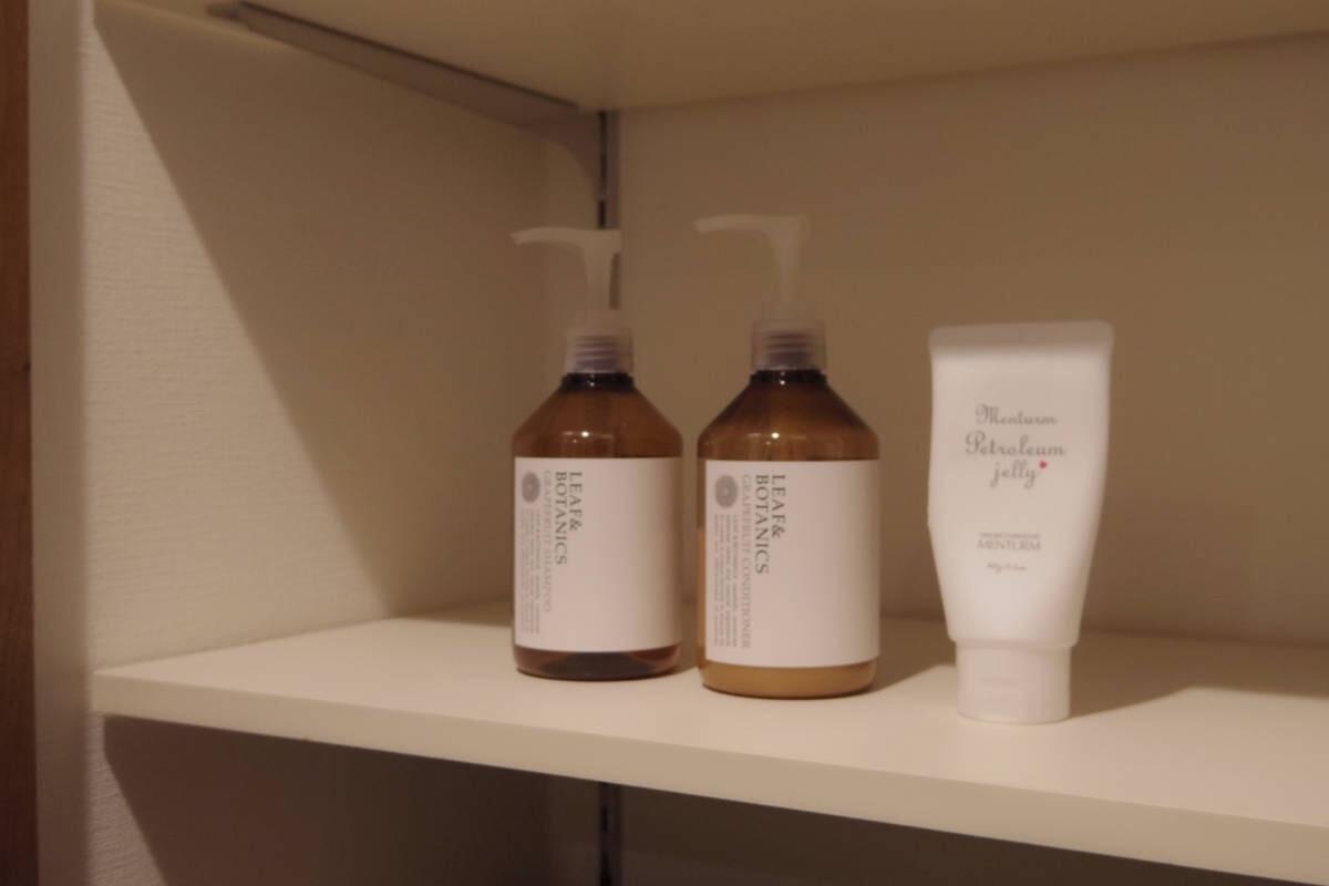 松山油脂が製造販売する「リーフアンドボタニクス」の石鹸由来のシャンプーで全身洗い。浴室で使うのはこのシャンプーとリンスの2つ