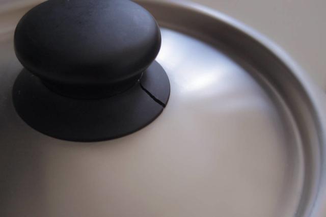 柳宗理の鍋蓋。プラスチック製のつまみが割れる。
