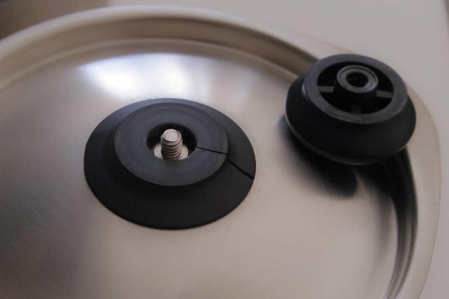 つまみをクルクル回すと、ベースとつまみの2つに分解可能。部品だけ取り寄せ購入ができます。