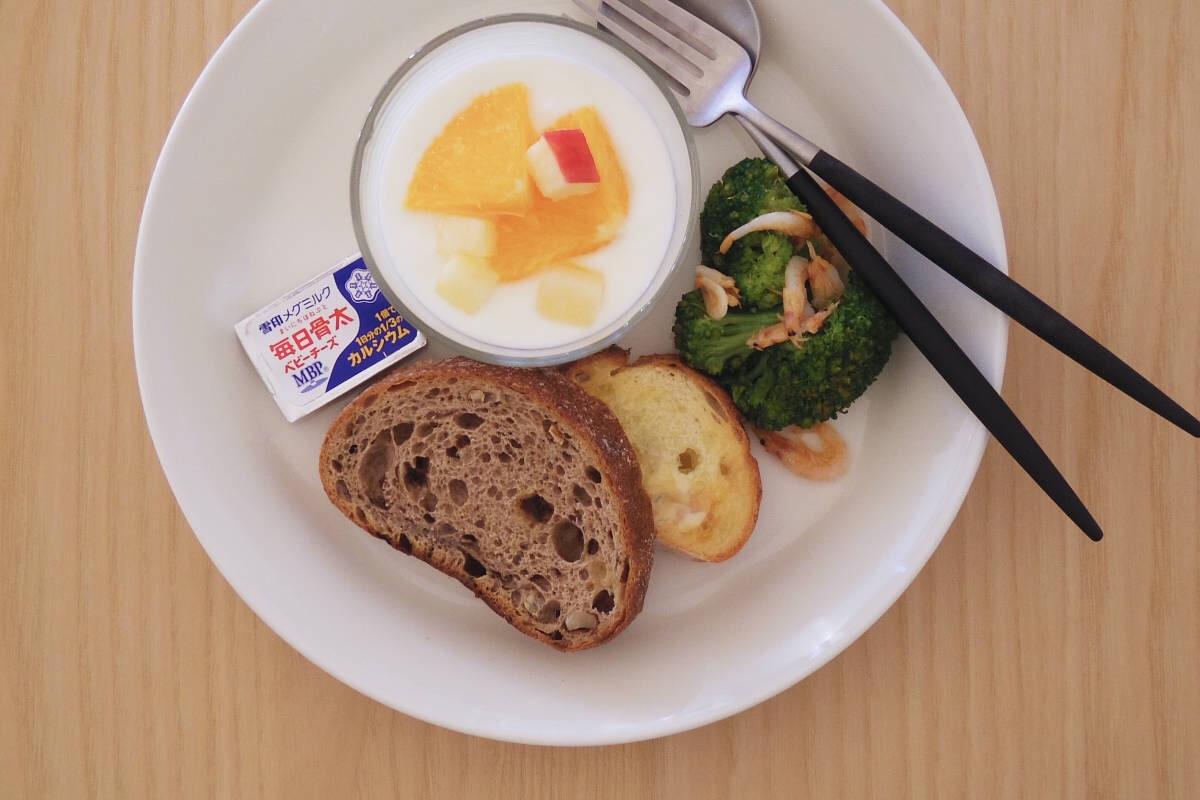 21センチのティーマに、ガラスカップに入ったフルーツヨーグルトと、ブロッコリーのエビサラダ、チーズ、パンを二切れ盛り合わせた朝食兼昼食