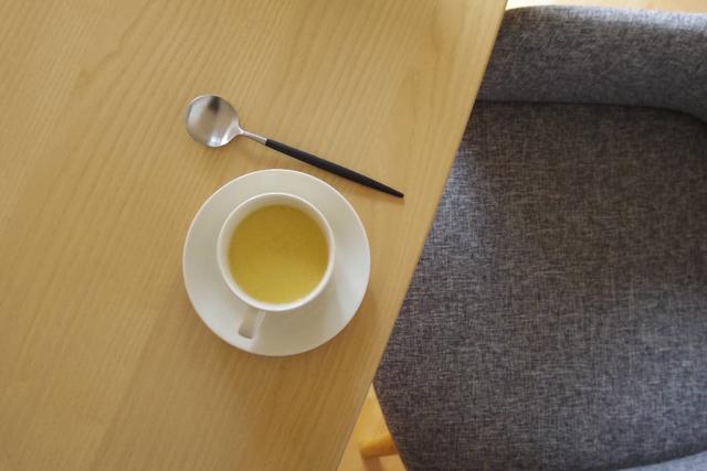 ティーマのカップ&ソーサーに注がれた手作りの豆乳コーンスープ。ソファに腰掛けてゆったりとした朝食に