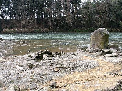 つぶて石から最上川を見る