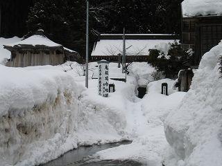 雪に埋もれる龍泉寺・鬼坂地蔵尊