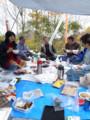 永松展望地で芋煮会をする方々の図