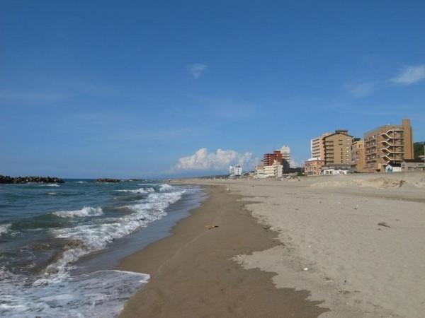盆を過ぎて閑散とする湯野浜海岸の図
