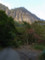 磐司岩を見上げるの図