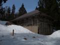 雪に埋もれる山頂社務所