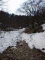 池から稜線目指して登っていくの図