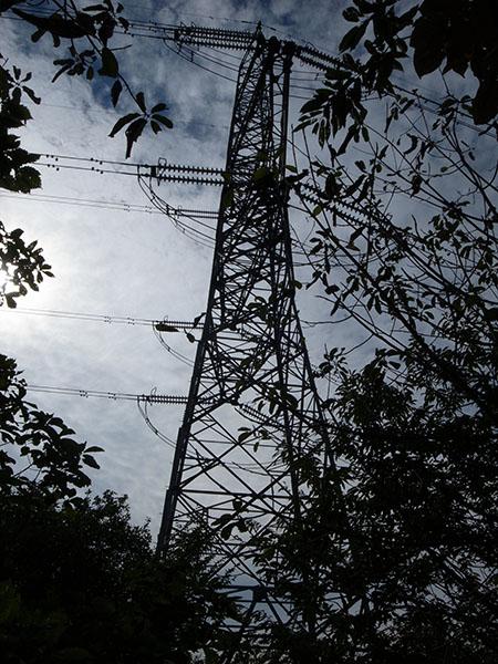 この電線は与蔵峠につながってます