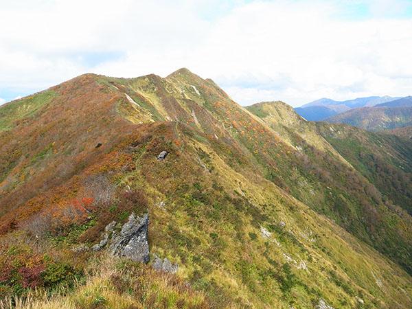 大尺山から眺める火打岳の図