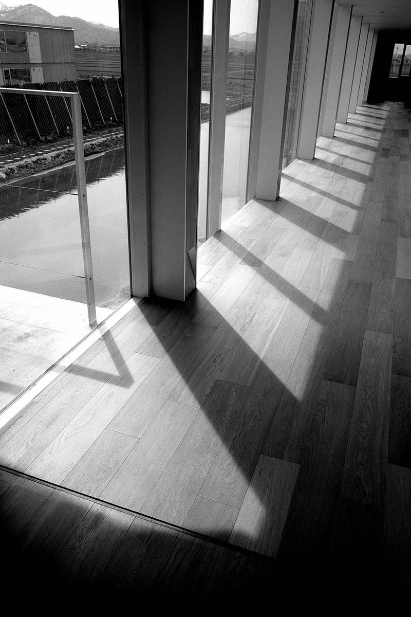 なんとなく白黒で撮ったスイデンテラスの廊下の図