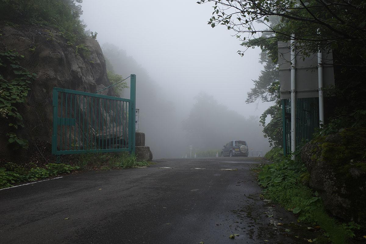県境ゲートは霧の中
