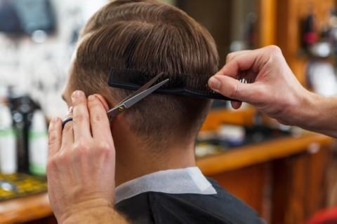 美容院で髪を切る夫
