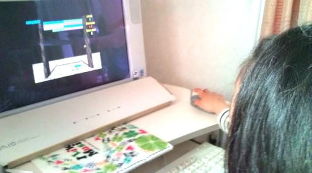 パソコンでゲームする5歳児