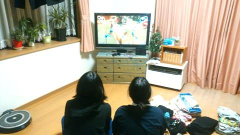 テレビを見る娘