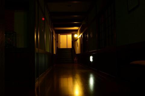 夜の病院の廊下