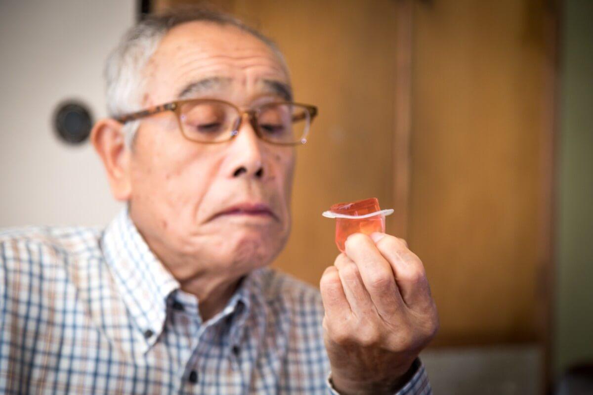 高齢者が手づかみで食べる