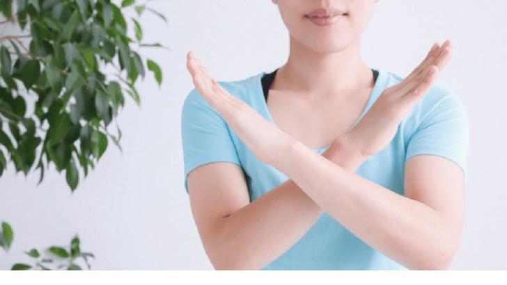 手を罰印にする女性 注意点