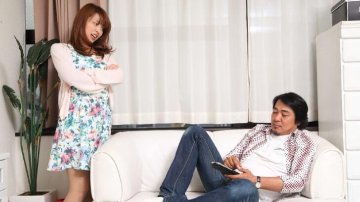 ソファーで話を聞かない男性 怒る女性