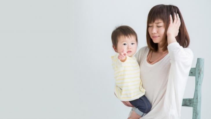 赤ちゃんを抱きかかえる女性 子ども