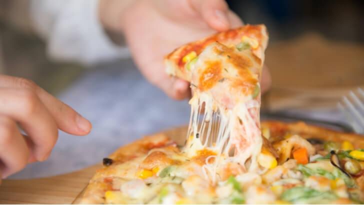 ピザ チーズが伸びるピザ
