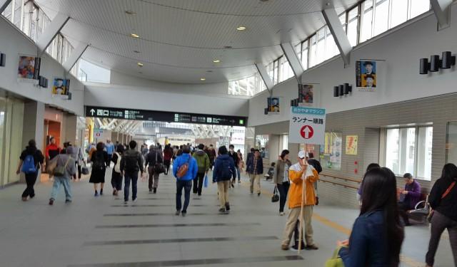 岡山駅からの案内板とスタッフ