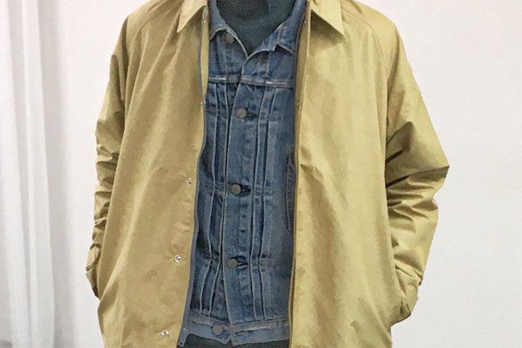 ベージュのコートのインナーにデニムジャケットを着ました