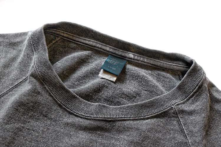 ロックネックのTシャツの縫製