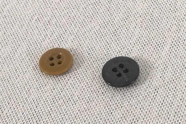 茶色と黒のボタン