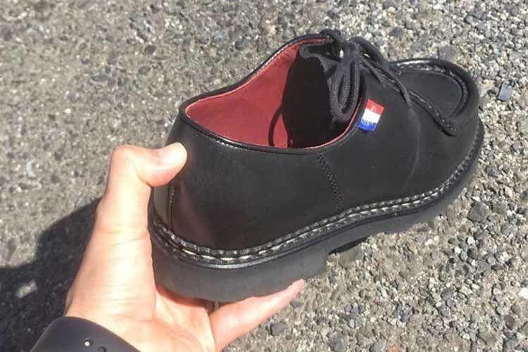 ミカエルの靴擦れを防ぐためにかかとを柔らかくする