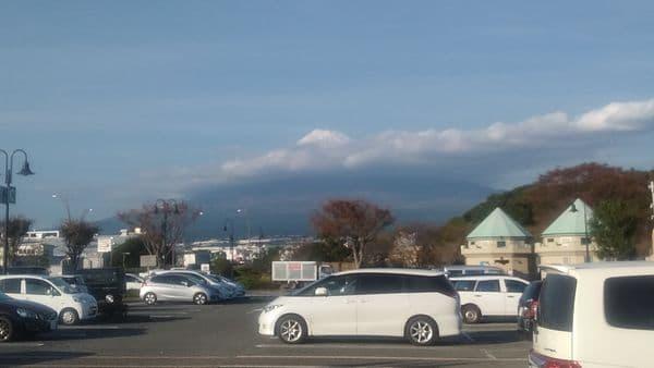 富士中央公園駐車場から見える富士山