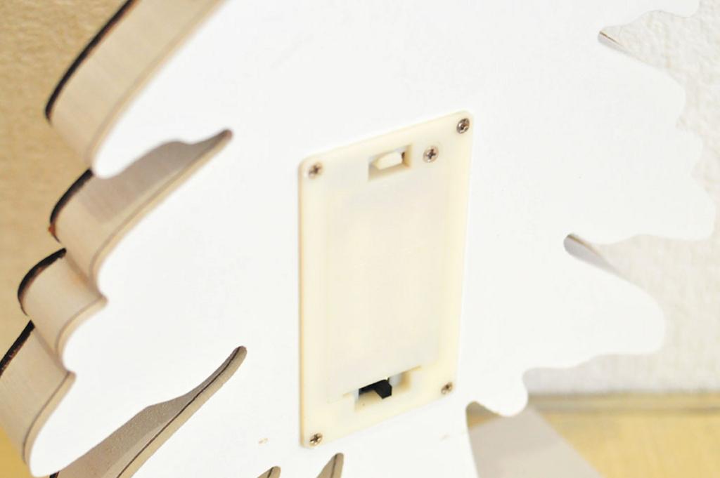もみの木ライトは裏に単三電池を入れる。