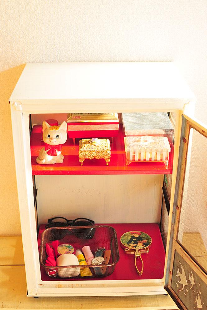 メイク道具を収納したレトロメイク棚