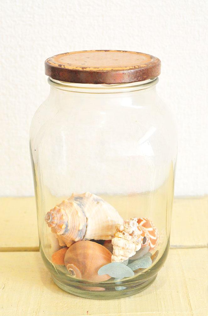 貝殻を入れたレトロガラス瓶
