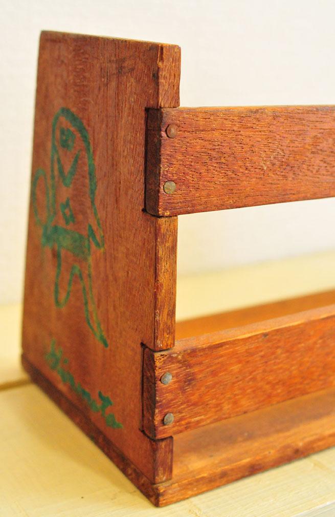 釘もしっかり打ってある小学生の工作で作られた古い本立て