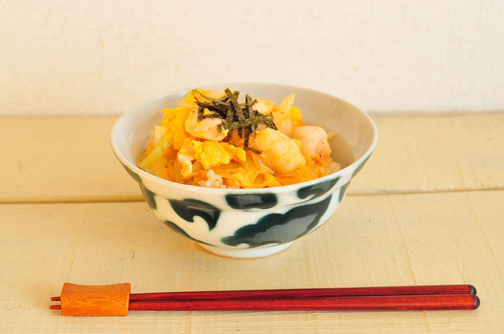 和風丼ぶり器に盛った親子丼