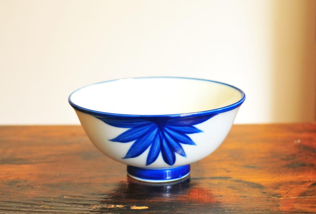 青色が綺麗な和風のシンプルなお茶碗