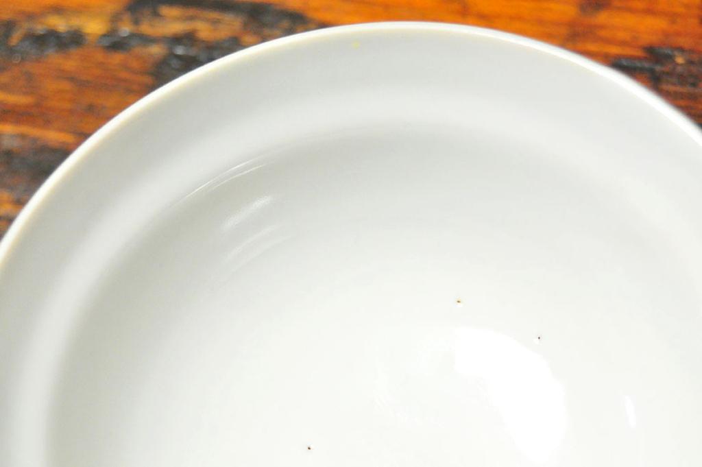 ほくろ(食器についた鉄分や不純物の黒点)のある古い食器