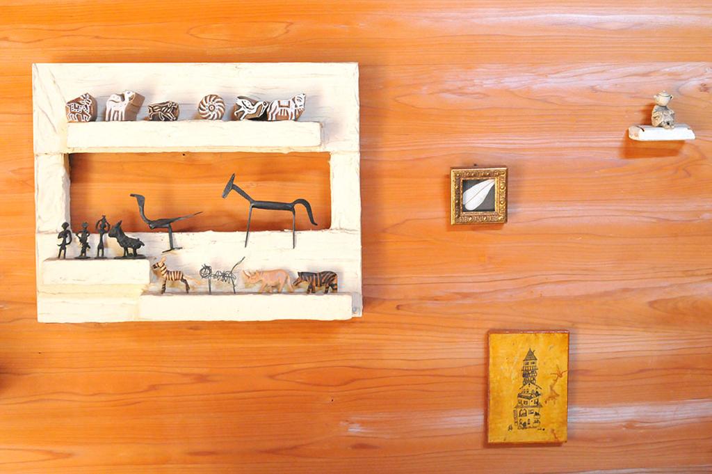 壁に掛けられた廃材と珪藻土で作った飾り棚