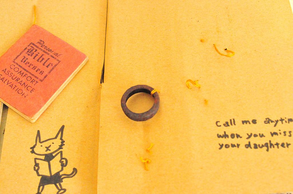 いくつか錆びたものが抜き取られて凧糸だけが残るプレゼント
