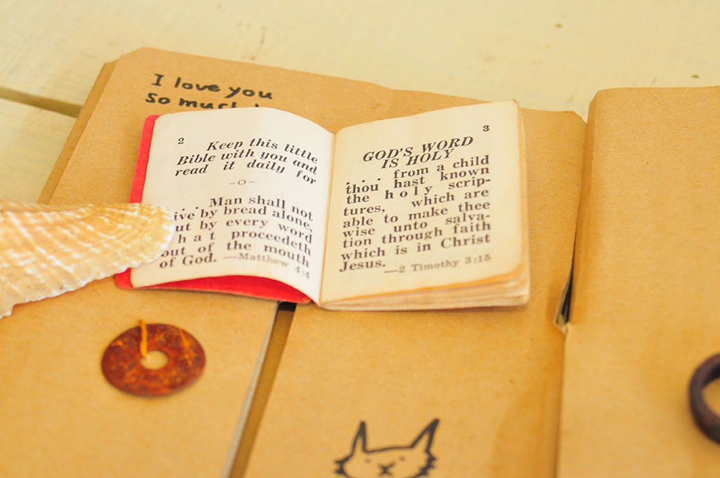 小の本も錆びたものたちと一緒にダンボールに貼り付けてラッピング