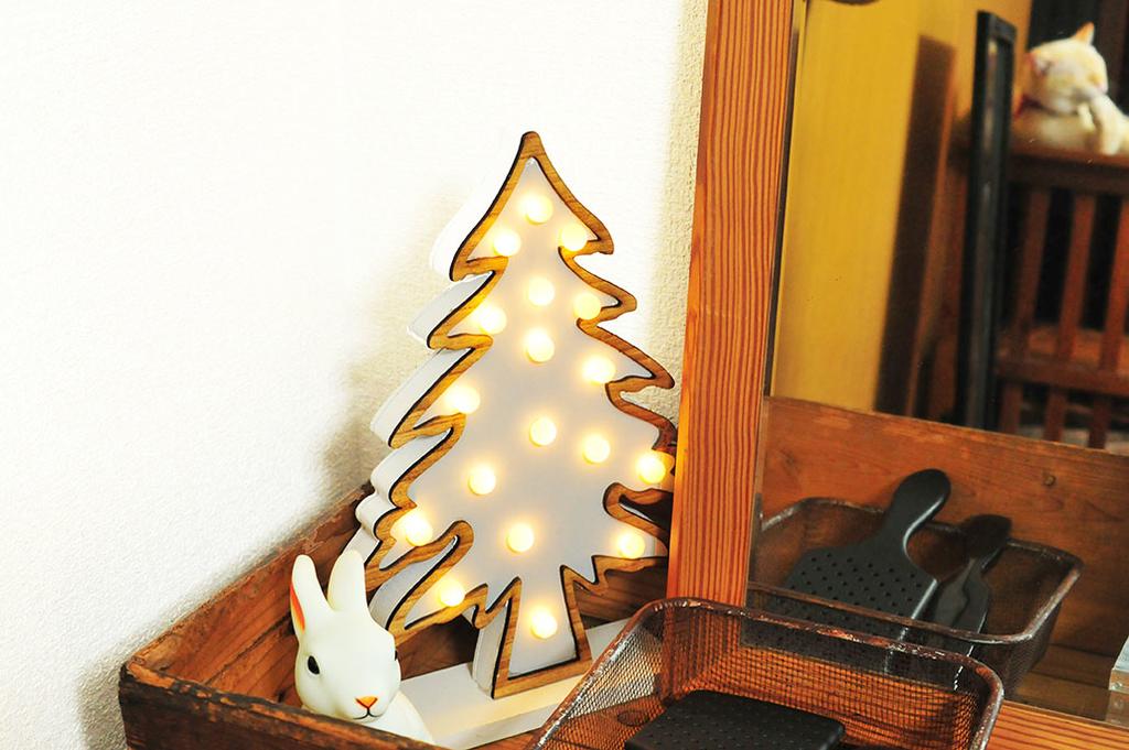 おしゃれなクリスマスツリーと木製の箱が合うインテリア