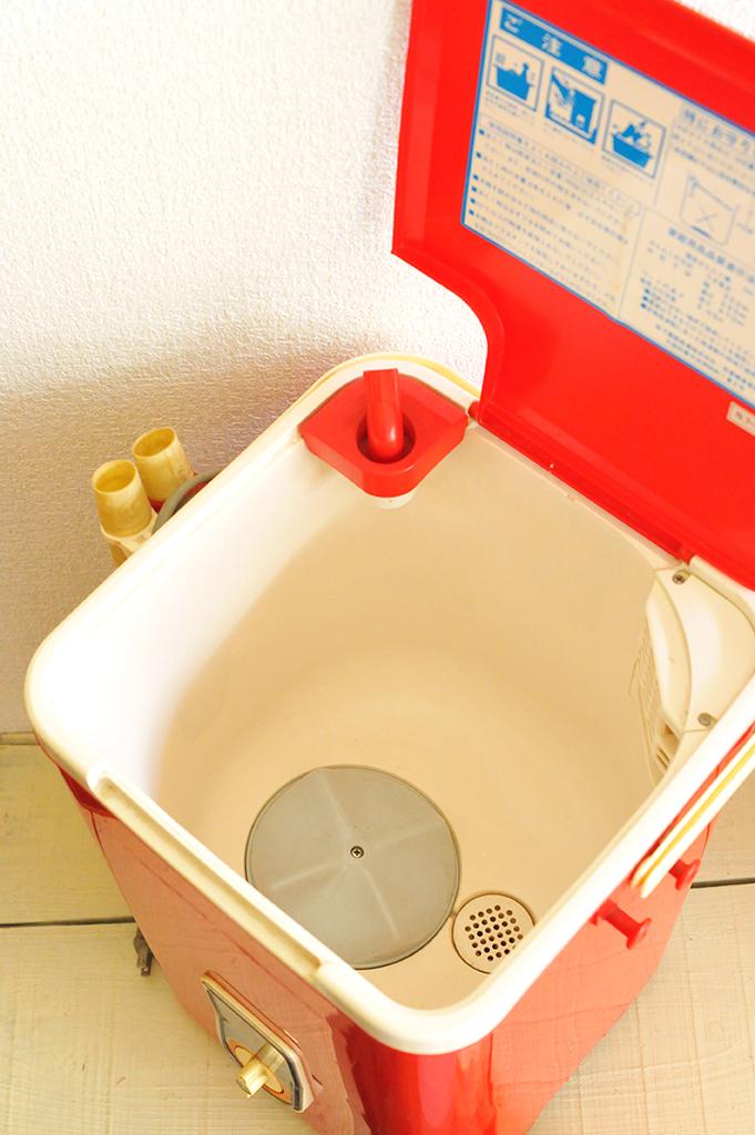 レトロ洗濯機のフタを開けると注意書きと排水の穴がある