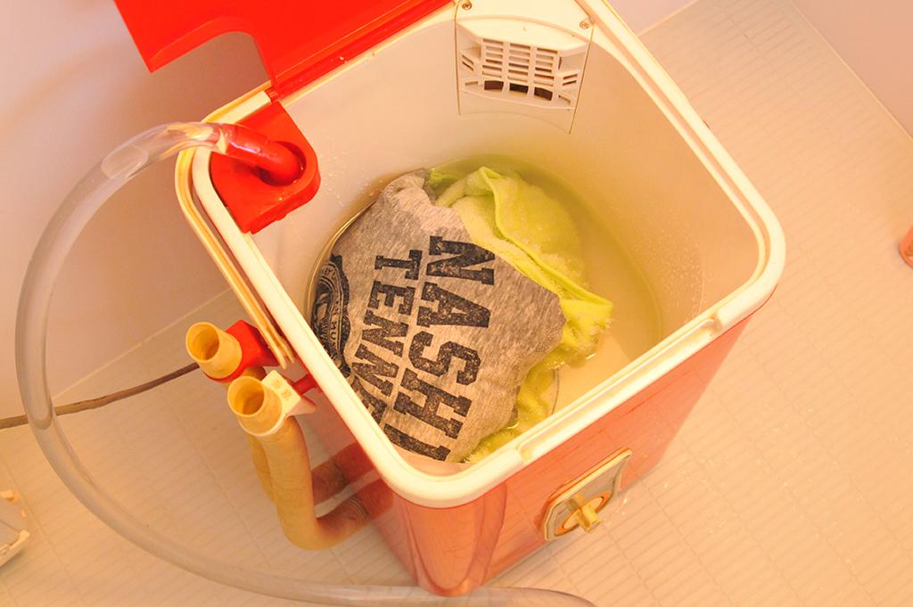 洗濯物をと水を入れたレトロな電気洗濯機
