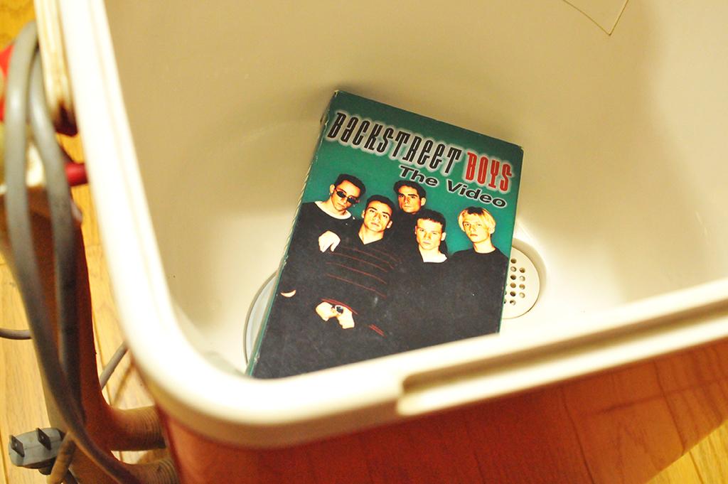 20年前に買ったレトロ電気洗濯機に入っていたバックストリートボーイズのビデオ