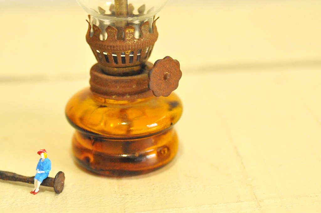 錆びたランプと釘レトロな古物のイメージ